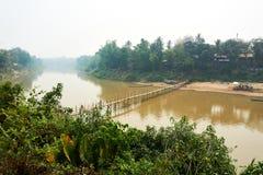 Ponte de bambu de madeira sobre o rio de Nam khan em Luang Prabang, Laos abril de 2019 imagem de stock royalty free