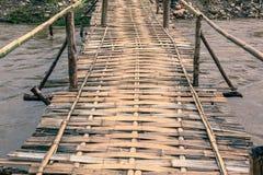 Ponte de bambu na área rural imagem de stock royalty free