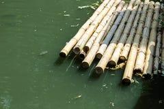 Ponte de bambu na lagoa verde Fotos de Stock Royalty Free