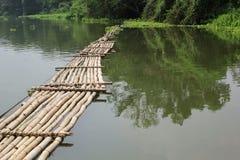 Ponte de bambu velha através do rio Imagem de Stock Royalty Free