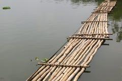 Ponte de bambu velha através do rio Fotografia de Stock Royalty Free