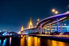 Ponte de Bhumibol da cena da noite, Banguecoque, Tailândia Imagem de Stock