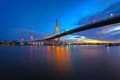 A ponte de Bhumibol no crepúsculo imagens de stock royalty free