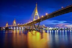 A ponte de Bhumibol no crepúsculo fotos de stock