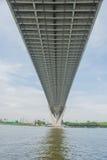 A ponte de Bhumibol ou a ponte de anéis industriais são passagem superior concreta da estrada e cruzam Chao Phraya River, Tailând Fotografia de Stock