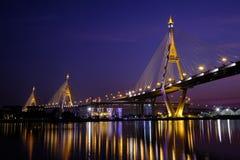 Ponte de Bhumiphol na exposição longa crepuscular Imagens de Stock
