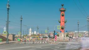 Ponte de Birzhevoy e o timelapse rostral da coluna XXVII maratona do International em St Petersburg, Rússia vídeos de arquivo