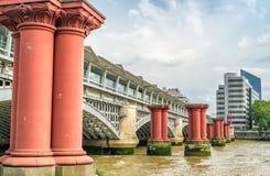 Ponte de Blackfriars em Londres com rio Tamisa fotografia de stock royalty free