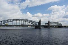 Ponte de Bolsheokhtinsky na tarde St Petersburg Fotos de Stock