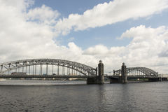 Ponte de Bolsheokhtinsky na tarde St Petersburg Foto de Stock
