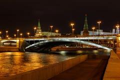 Ponte de Bolshoy Kamenny com iluminação sobre o rio de Moskva na noite Vista da terraplenagem de Sofiyskaya imagem de stock