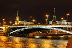Ponte de Bolshoy Kamenny no rio de Moskva contra torres do Kremlin de Moscou fotos de stock