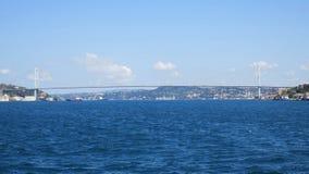 Ponte de Bosphorus da pérola do passo de Istambul, o 15 de julho ponte dos mártir imagens de stock