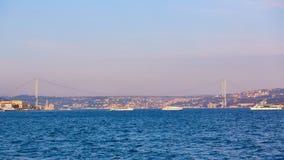 Ponte de Bosphorus 15 de julho ponte dos mártir 15 Temmuz Sehitler Koprusu Imagem de Stock