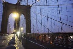A ponte de Brookly na noite Imagem de Stock Royalty Free
