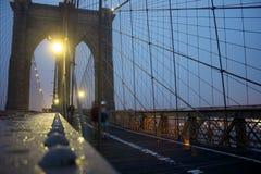 A ponte de Brookly na noite Fotos de Stock Royalty Free