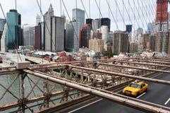 Ponte de Brooklyn amarela do cruzamento do táxi de táxi foto de stock