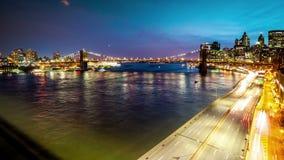 A ponte de Brooklyn, barcos que navegam East River e FDR conduz o tráfego filme