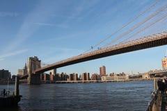 Ponte de Brooklyn - caracterizando East River imagem de stock