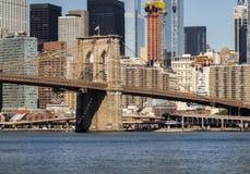 Ponte de Brooklyn com fundo da skyline de Manhattan de Brooklyn cedo na manhã com brilho do céu azul e do sol Imagem de Stock
