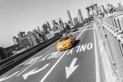 Ponte de Brooklyn com o carro rápido amarelo do táxi em New York City NYC foto de stock royalty free