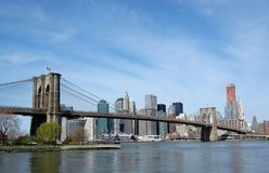 Ponte de Brooklyn com o Manhattan no fundo Imagem de Stock