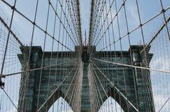 A ponte de Brooklyn com uma bandeira imagens de stock royalty free