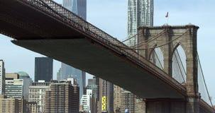 A ponte de Brooklyn disparou de baixo por Dumbo, Brooklyn video estoque