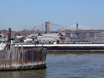 Ponte de Brooklyn e Manhattan como visto do porto de New York City foto de stock