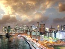 Ponte de Brooklyn e Manhattan do centro no por do sol, New York City Imagem de Stock Royalty Free
