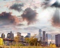Ponte de Brooklyn e Manhattan do centro no por do sol, New York City Imagem de Stock