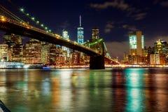 Ponte de Brooklyn e skyline de New York City na noite tomada imagem de stock royalty free