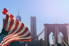 A ponte de Brooklyn em New York City é uma das pontes de suspensão as mais velhas no Estados Unidos Mede o East River e o engodo Imagens de Stock