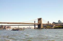 Ponte de Brooklyn em New York de um barco Fotos de Stock