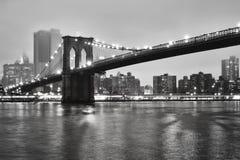Ponte de Brooklyn em uma noite nevoenta, New York, EUA Fotos de Stock
