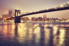 Ponte de Brooklyn em uma noite nevoenta, New York, EUA Imagens de Stock