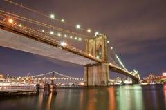 Ponte de Brooklyn histórica na noite imagens de stock royalty free