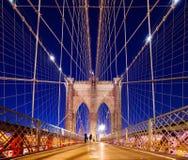 Ponte de Brooklyn na noite fotos de stock