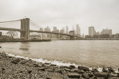 Ponte de Brooklyn no sepia nevoento do dia Foto de Stock Royalty Free
