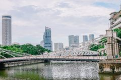 Ponte de Cavenagh que mede os alcances mais baixos do rio de Singapura na área central de Singapura o 22 de novembro de 2018 fotografia de stock