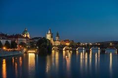 Ponte de Charles em Praga na noite fotos de stock royalty free