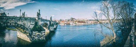 Ponte de Charles, rio de Vltava e castelo em Praga, filtro análogo imagem de stock royalty free