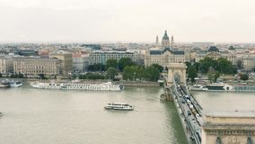 Ponte de corrente e basílica de St Stephen em Budapest video estoque