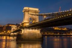Ponte de corrente e o Danube River na noite, Budapest, Hungria fotografia de stock