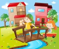 Ponte de cruzamento do menino e da menina na vizinhança Imagem de Stock