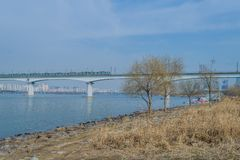 Ponte de cruzamento do metro sobre o rio Fotografia de Stock Royalty Free