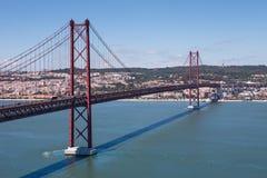 A ponte de 25 de abril sobre o tejo do rio Fotografia de Stock Royalty Free