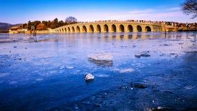 Ponte de dezessete arcos no palácio de verão Foto de Stock
