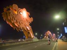 A ponte de Dragon Bridge Cau Rong do Da Nang na ponte central de Vietname [moderno, iluminada através de Han River dentro fotografia de stock royalty free