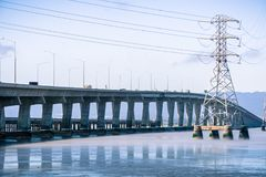 Ponte de Dumbarton que conecta Fremont área a Menlo Park, San Francisco Bay, Califórnia imagem de stock